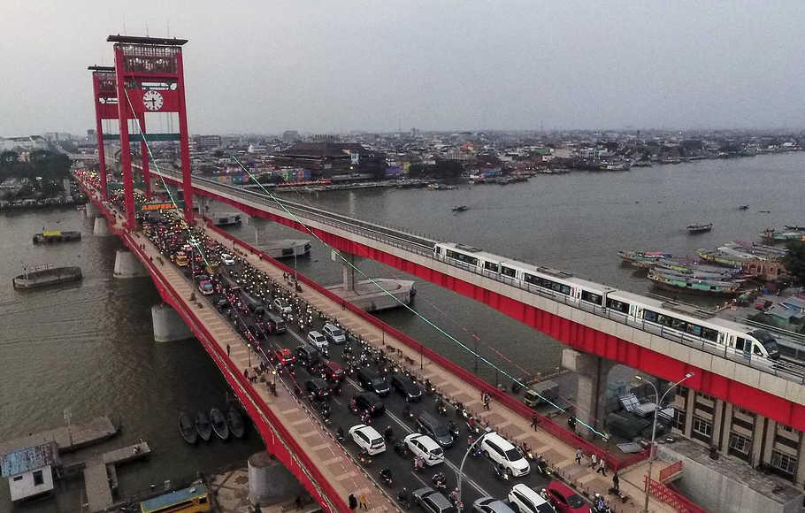 Rangkaian trainsit Light Rail Transit (LRT) Palembang melintas di atas Sungai Musi, Palembang, Sumatra Selatan, Rabu (17/10/2018).